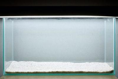 Насыпаем песок в аквариум для акваскейпа