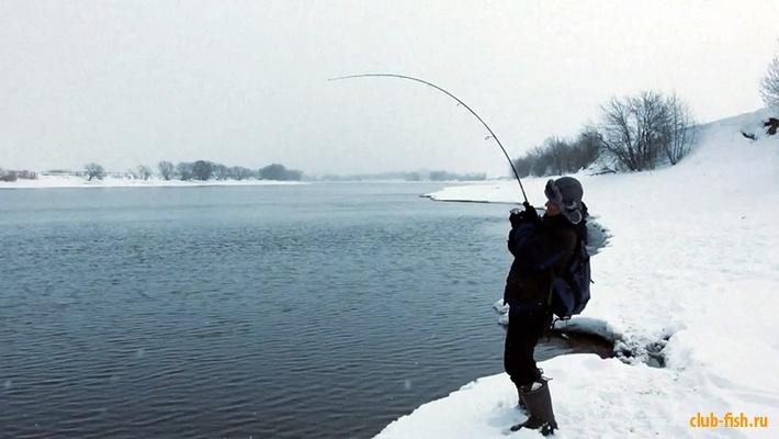 Со спиннингом зимой на открытой воде.
