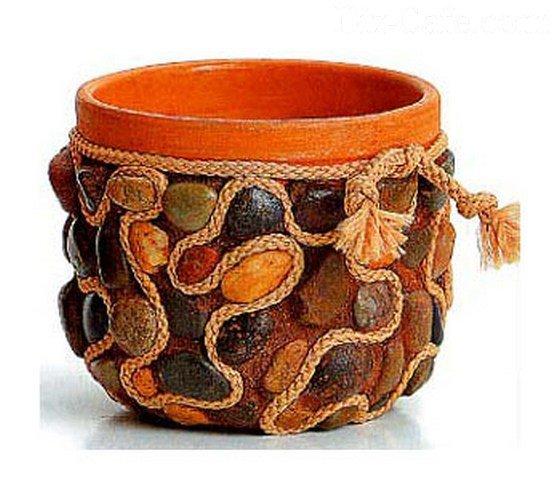 Комбинация камней и ниток в декорировании горшка