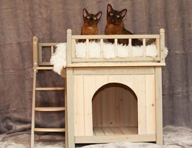 Деревянный двухъярусный домик с лестницей