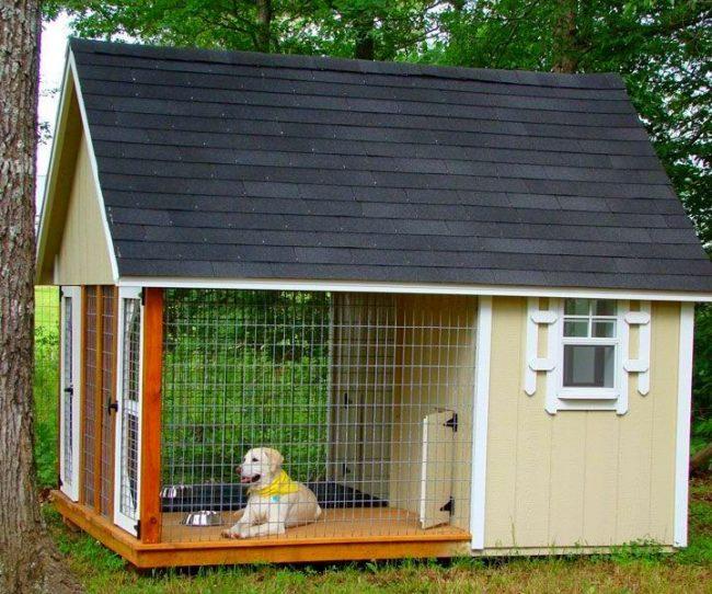Если у вас есть собака и вы живете в собственном доме, нужно продумать место, где будет жить питомец. В деревнях такими домиками служат будки, а в городских условиях необходимы вольеры для собак
